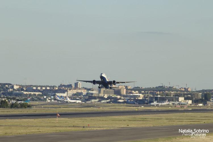 Boeing 777 G-VIIW de British Airways despegando